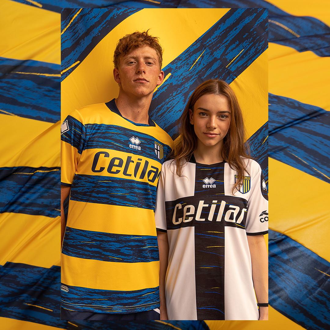Tra il Parma Calcio e la Citt&agrave; di Parma continua a essere forte il legame e le nuove divise per la stagione 2021/22 continuano a testimoniarlo. Con lo sponsor tecnico Erre&agrave; Sport, infatti, il club emiliano ha lanciato le maglie casa e trasferta per il prossimo campionato di Serie B, in un solco tra tradizione e innovazione: &quot;#FeelParma&quot; &egrave; l&#39;hashtag lanciato per l&#39;occasione. Se a un primo sguardo le casacche possono dare l&#39;impressione di essere molto simili a quanto visto nelle scorse annate, nei dettagli i tocchi di colore proiettano la squadra direttamente nel 2022: la divisa &quot;home&quot; vede infatti dei graffi giallobl&ugrave; dare slancio e freschezza alla classica croce sul petto dei calciatori, mentre delle striature azzurre - con altri graffi gialli - sono presenti nella maglia &quot;away&quot; sulle larghe fasce blu. A livello tecnologico, invece, &egrave; confermato il tessuto antivirale e antibatterico, pi&ugrave;&nbsp;la presenza di nanoparticelle di ossido di zinco incapsulate in modo permanente nelle fibre, cos&igrave; come&nbsp;il trattamento &quot;Minusnine J1+&quot;: questi ultimi accorgimenti servono da barriera protettiva, aumentando la protezione degli stessi calciatori in campo. La stagione del nuovo Parma &egrave; sempre pi&ugrave; imminente.<br /><br />