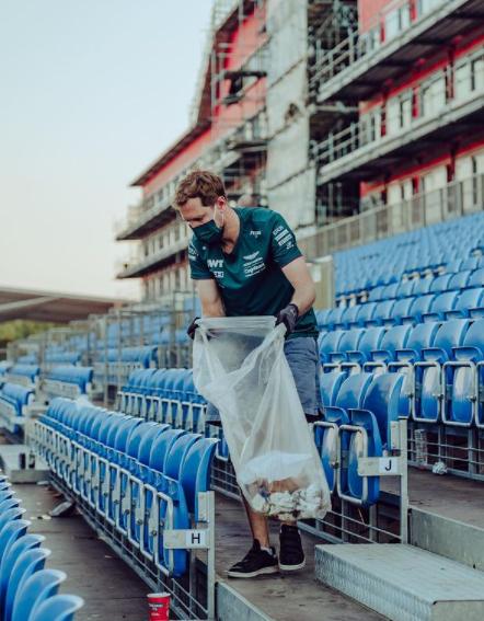 Dopo una gara disastrosa, Sebastian Vettel&nbsp;si &egrave; reso protagonista di un bellissimo gesto a Silverstone. Il pilota dell&#39;Aston Martin si &egrave; recato sulle tribune ormai deserte per raccogliere l&#39;immondizia lasciata dai tifosi. La scuderia inglese ha commentato: &quot;In gara per il Pianeta&quot;.<br /><br />