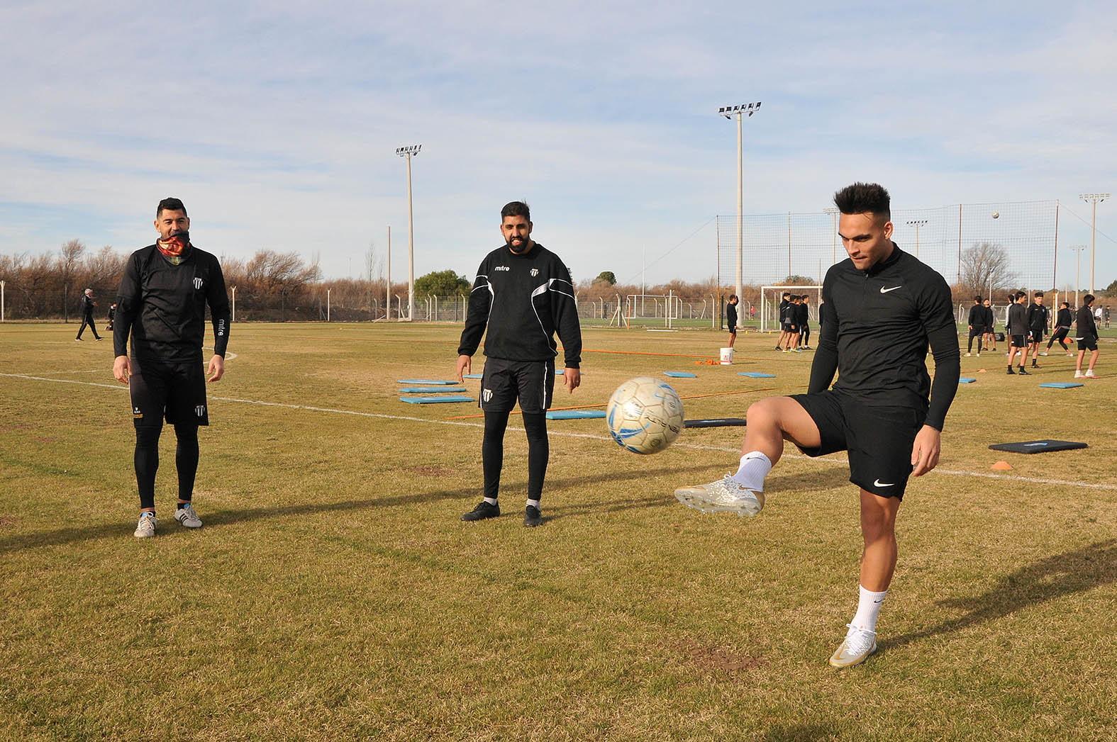 Lautaro Martinez non perde tempo e vuole farsi trovare pronto quando conoscer&agrave; il nuovo allenatore Simone Inzaghi. L&#39;attaccante dell&#39;Inter, in vacanza dopo la vittoria della Coppa America, si sta comunque allenando con il Liniers di Bahia Blanca, la sua citt&agrave; natale.&nbsp;&nbsp;<br /><br />