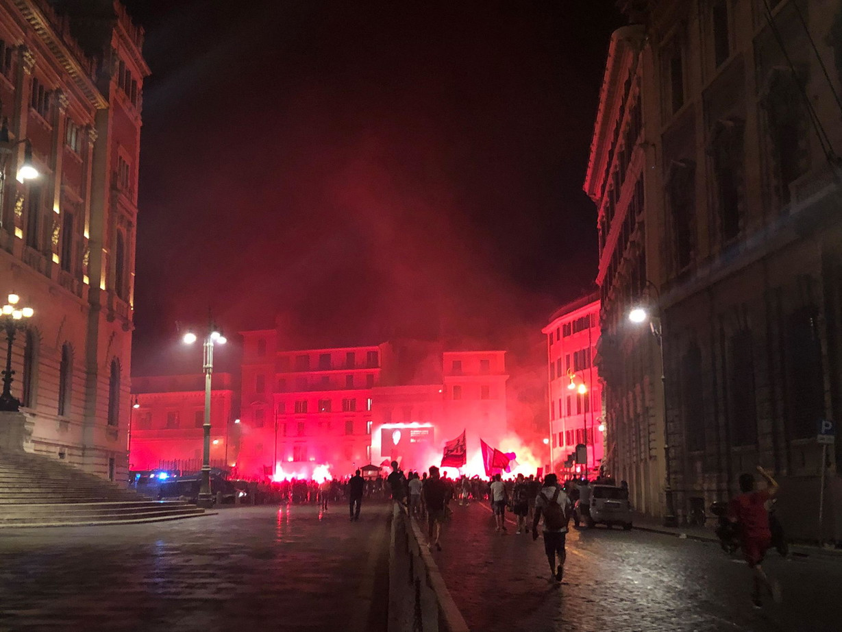 A Roma&nbsp;i tifosi giallorossi si sono dati appuntamento per celebrare il 94esimo compleanno del club: da sempre la societ&agrave; riconosce nella data del 7 giugno l&#39;anniversario ufficiale, ma non i tifosi che continuano a festeggiare il 22 luglio. Questa volta l&#39;appuntamento &egrave; stato a Piazza del Popolo, dove si sono radunati circa mille tifosi. Bandiere, fumogeni e qualche petardo esploso con quattro blindati della polizia a presidiare la piazza. Poi immancabili i cori contro la Lazio, come da tradizione.<br /><br />