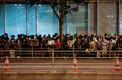 Fuori dallo stadio tante gente con cartelli e cori a favore della cancellazione della rassegna olimpica<br /><br />