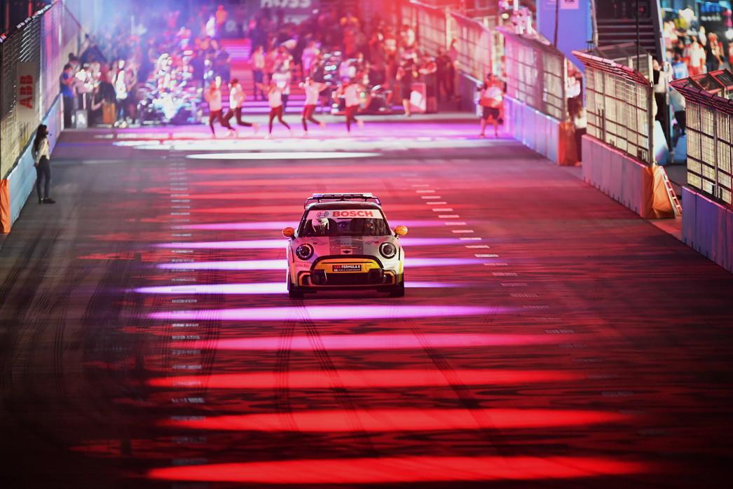 Il pilota brasiliano supera in regime di Safety Car dalla pitlane, prende bandiera nera e regala il successo a Lynn<br /><br />
