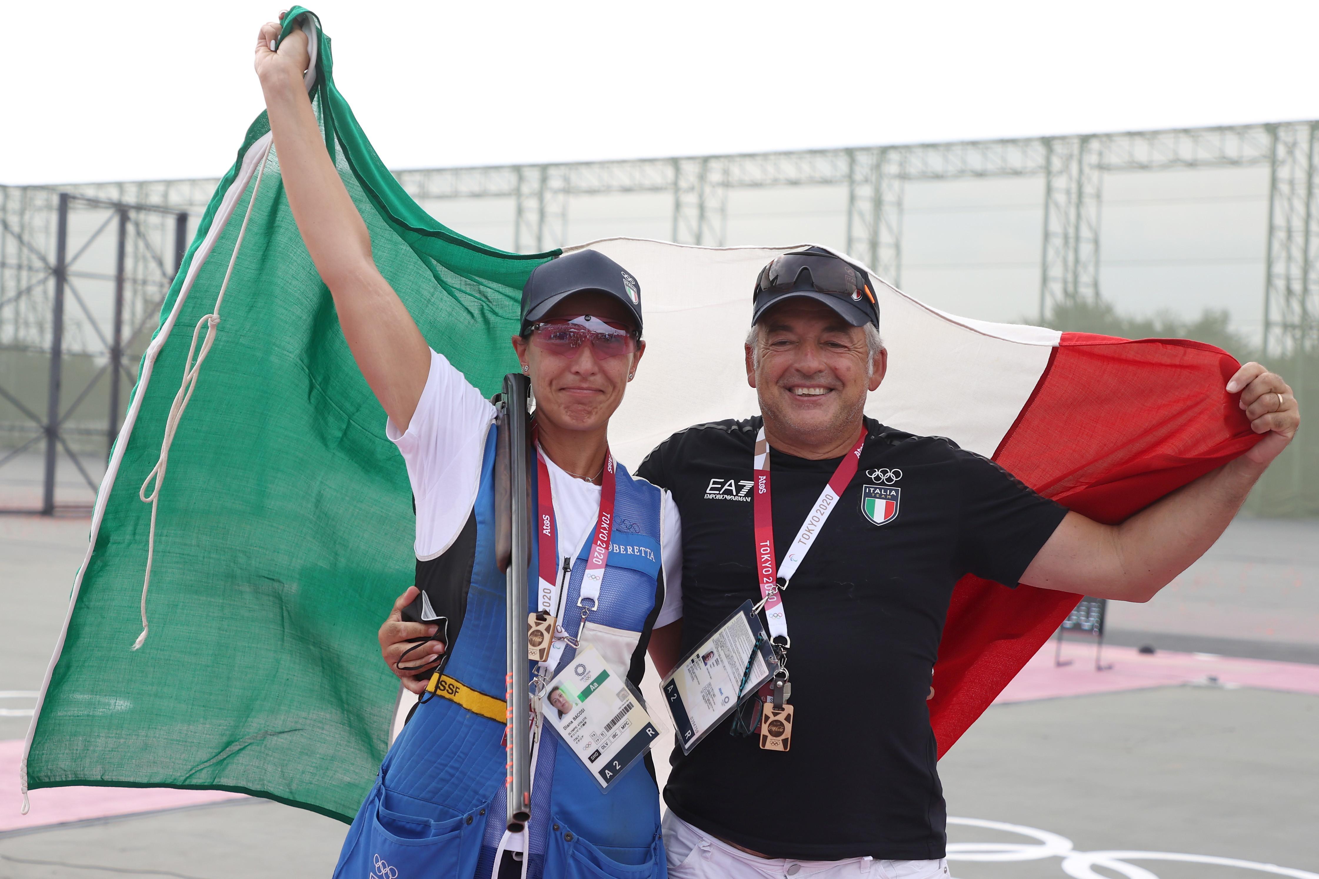 La 38enne azzurra Diana Bacosi ha conquistato la medaglia d&#39;argento nella gara di skeet donne di Tokyo 2020, vinta dall&#39;americana Amber English.&nbsp;<br /><br />