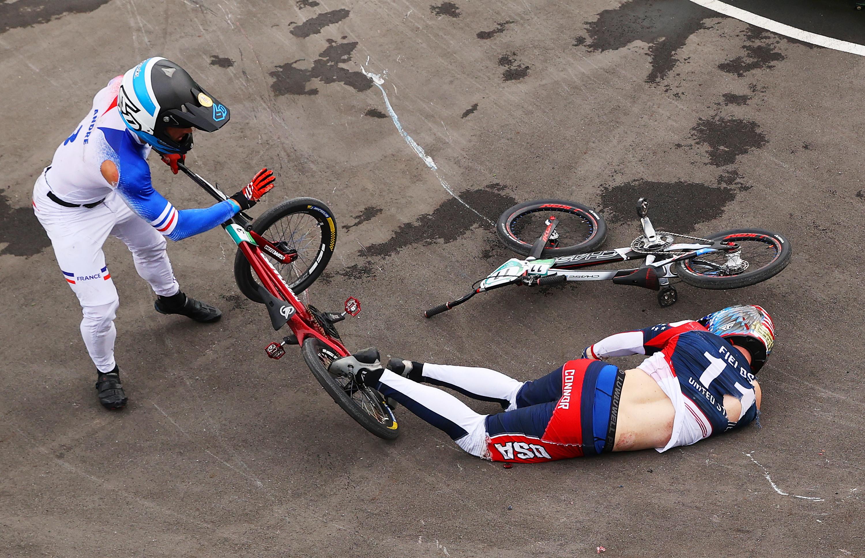 Brutto incidente per l&#39;americano Connor Fields, favorito per l&#39;oro nella prova BMX di ciclismo, nel corso della semifinale dell&#39;Olimpiade. Mentre affrontava l&#39;ultimo giro, lo statunitense &egrave; caduto in una curva &#39;volando&#39; letteralmente via dal suo mezzo. Immediatamente soccorso, &egrave; stato stabilizzato&nbsp;e portato via in barella e poi in ambulanza. E&#39; stato&nbsp;ricoverato in un ospedale di Tokyo con una sospetta&nbsp;la frattura di una clavicola, ma &egrave; vigile.<br /><br />