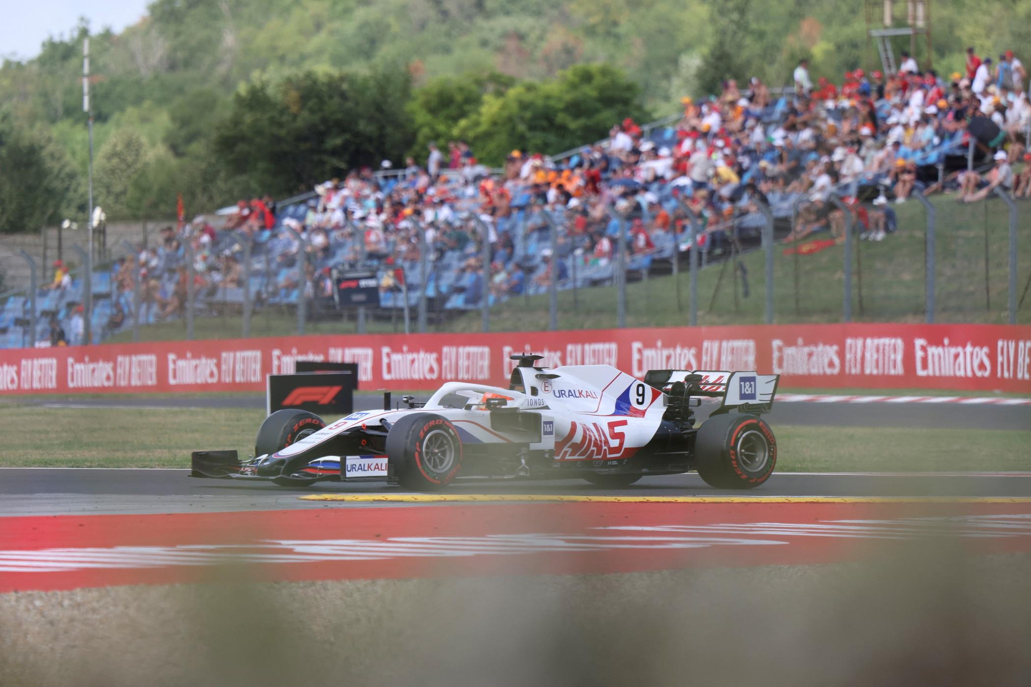 Emozioni e colpi di scena all&#39;Hungaroring, dove Lewis Hamilton conquista la sua quarta pole stagionale.<br /><br />