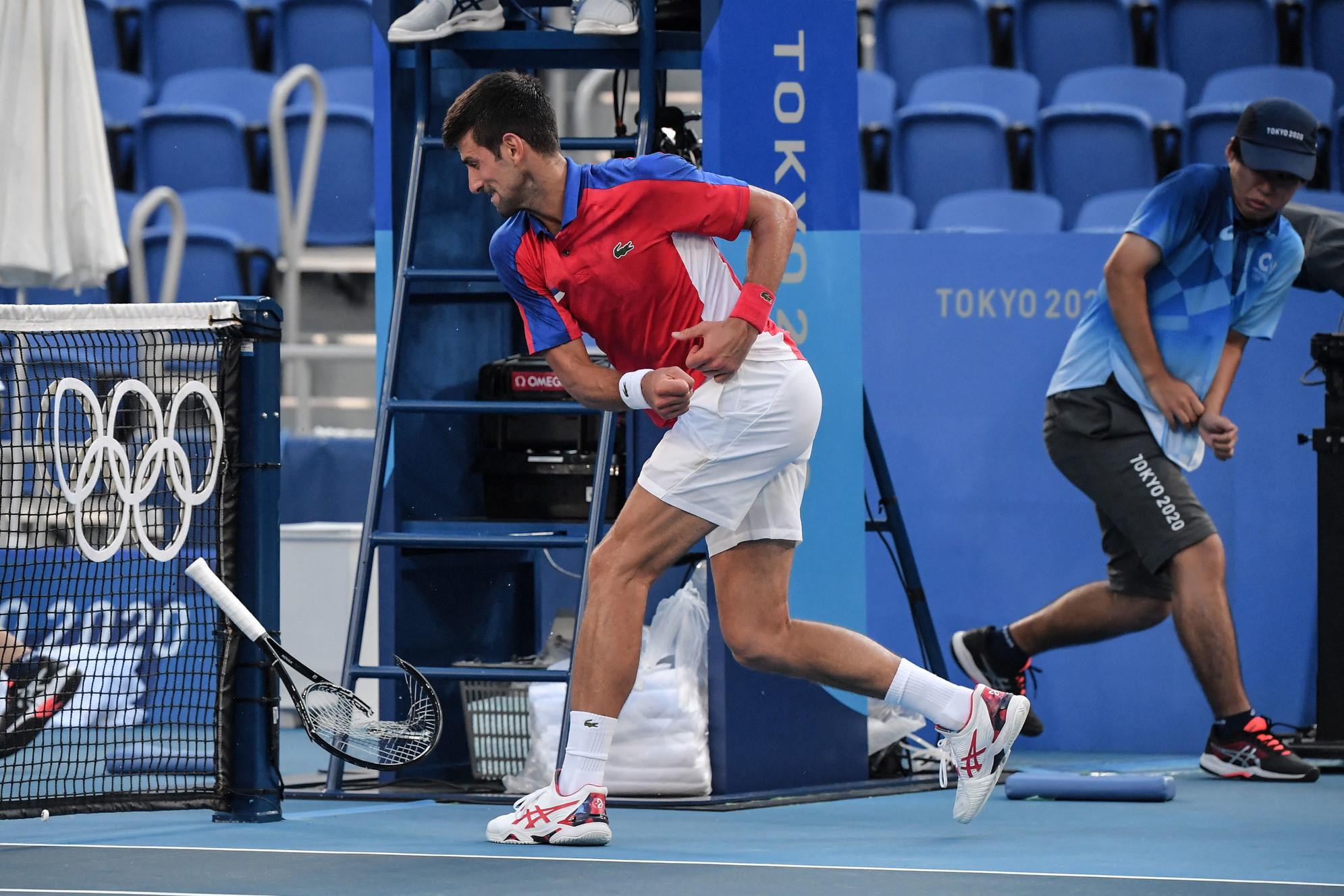 Olimpiadi maledette per Novak Djokovic. Il numero 1 al mondo &egrave; stato battuto da Pablo Carreno-Busta nella finale per il bronzo (6-4, 6-7, 6-3) sfogandosi contro la sua racchetta alla fine del match e poi e si &egrave; ritirato anche dal doppio misto in coppia con Nina Stojanovic nell&#39;altra finale per il bronzo. Djokovic ha alzato bandiera bianca lasciando la medaglia alla coppia australiana formata dalla numero 1 e campionessa di Wimbledon Ashleigh Barty e John Peers. &quot;Mi dispiace di aver deluso i miei compatrioti, ma davvero negli ultimi due giorni non avevo piu&#39; energie - ha spiegato Nole -. Ero esausto, fisicamente ed emotivamente. Ho diversi problemi fisici e spero di recuperare in tempo per lo Us Open&quot;.&nbsp;<br /><br />