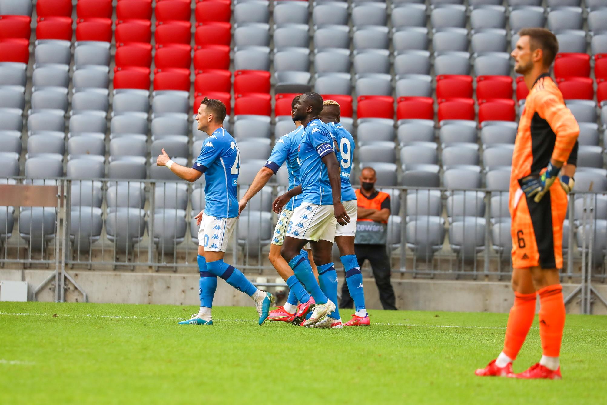 Vittoria di lusso per il Napoli nell&#39;amichevole estiva contro il nuovo Bayern Monaco di Nagelsmann. Gli azzurri di Spalletti, che ha schierato il suo solito 4-2-3-1 con Politano-Zielinski-Zedadka dietro Osimhen, si sono imposti 3-0 grazie alla doppietta del nigeriano&nbsp;e alla rete di Machach. Per Nagelsmann piccolo allarme in vista del primo impegno ufficiale in Coppa di Germania tra meno di una settimana: non ha ancora vinto una partita sulla panchina del Bayern, quattro sconfitte.<br /><br />