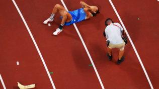 Tamberi in lacrime col gesso dell'infortunio che gli tolse Rio 2016