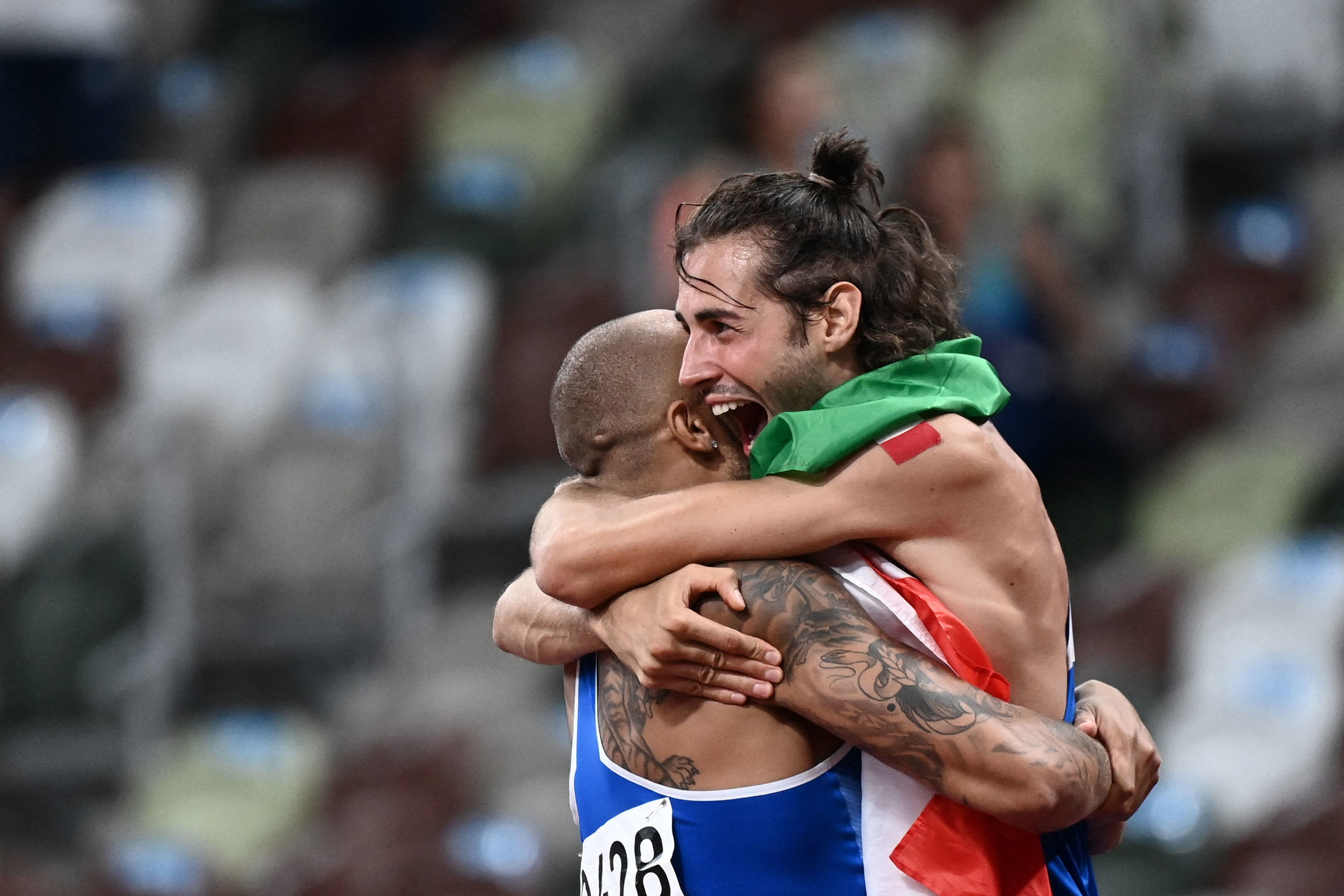 &quot;Sono orgoglioso di voi, vi ho seguito: state onorando l&#39;Italia&quot;. Il presidente del Consiglio, Mario Draghi ha telefonato a Tokyo al numero 1 del Coni, Giovanni Malag&ograve;, per complimentarsi per la splendida giornata dell&#39;Italia alle Olimpiadi. Poi si &egrave;&nbsp;fatto passare i due atleti che hanno vinto la medaglia d&#39;oro nell&#39;atletica, prima Jacobs, poi Tamberi, ha ribadito i complimenti e ha concluso: &quot;Siete stati bravissimi, vi aspetto a Palazzo Chigi&quot;.<br /><br />