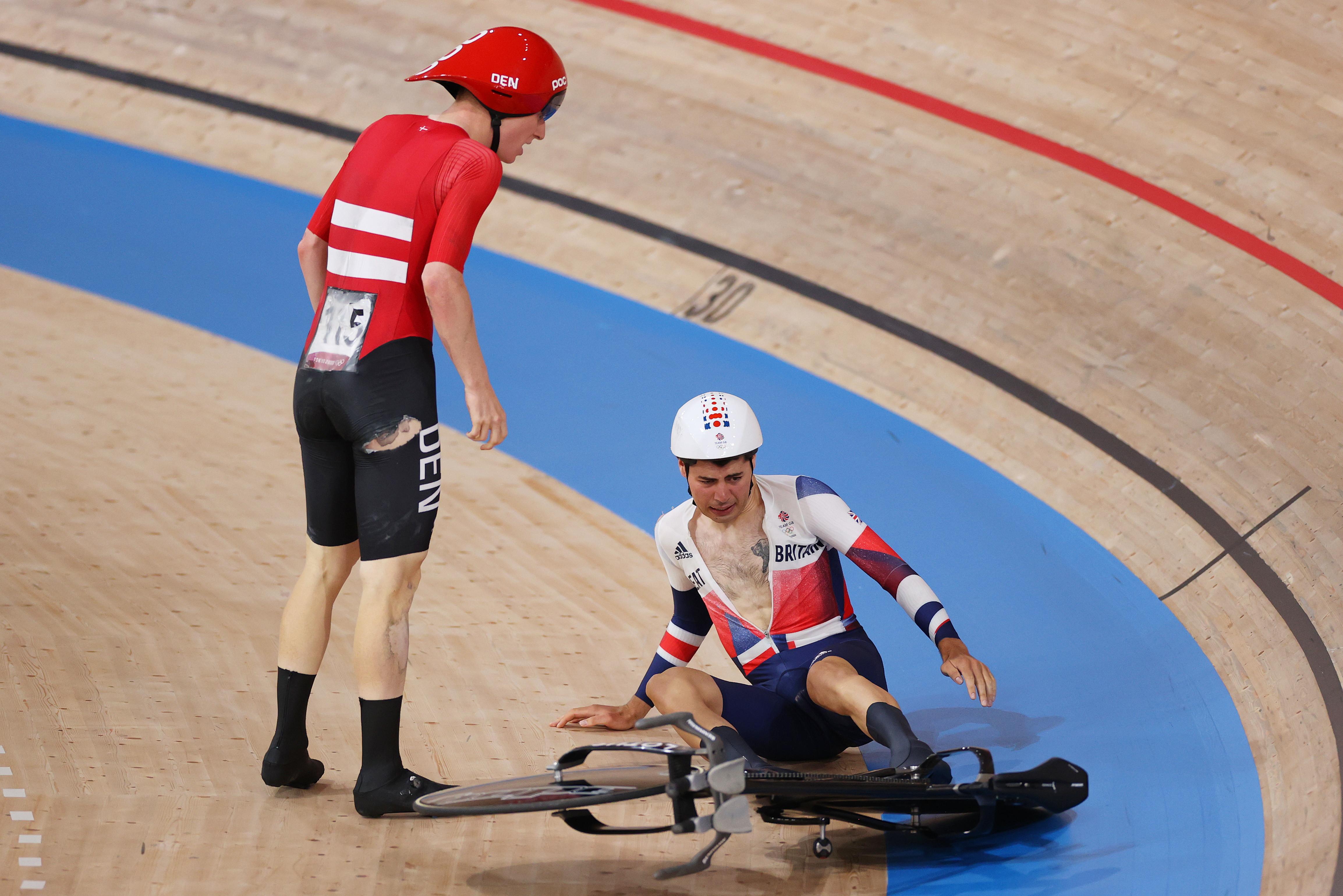 Danimarca in finale nell&#39;inseguimento maschile di ciclismo su pista contro l&#39;Italia, nonostante la caduta in semifinale. Mentre i danesi stavano doppiando gli inglesi,&nbsp;Frederik Madsen ha tamponato&nbsp;Charlie Tanfield. Nordici che comunque accedono all&#39;ultimo atto perch&eacute; arrivati a un metro dal terzo avversario e quindi qualificati come da regolamento.<br /><br />