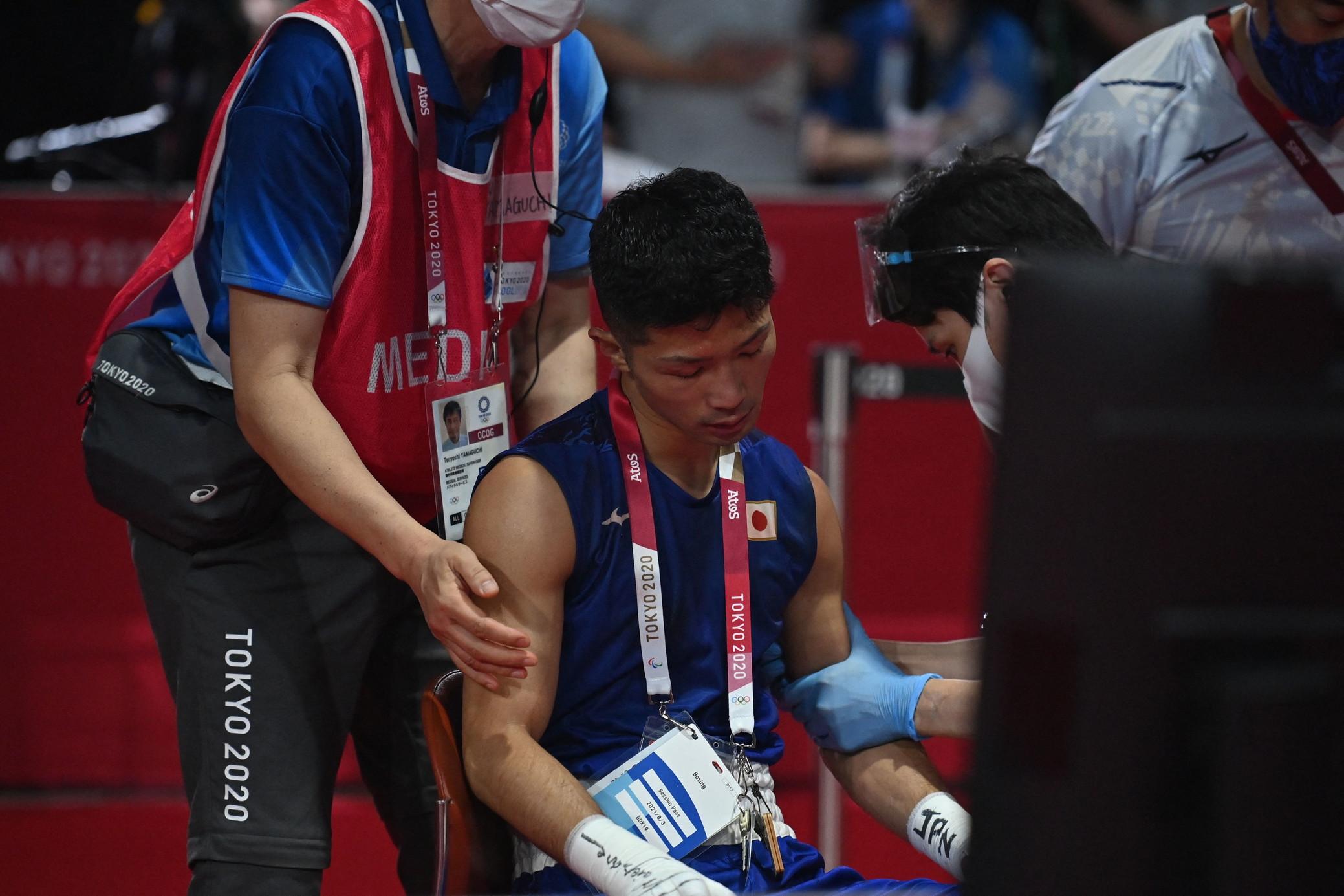 Nella finale dei pesi mosca uomini a Tokyo 2020 il nipponico Ryomei Tanaka&nbsp;&egrave;&nbsp;stato &#39;preso a pugni&#39; dal colombiano Yuberjen Martinez e ha lasciato il ring sanguinando e grazie all&#39;impiego di una sedia rotelle su cui si &egrave;&nbsp;seduto esausto. Ma i giudici lo hanno visto vincitore ai punti per 4-1, scatenando le veementi proteste del clan del colombiano, compresi i giornalisti del Paese sudamericano che avevano assistito all&#39;incontro.&nbsp;<br /><br />