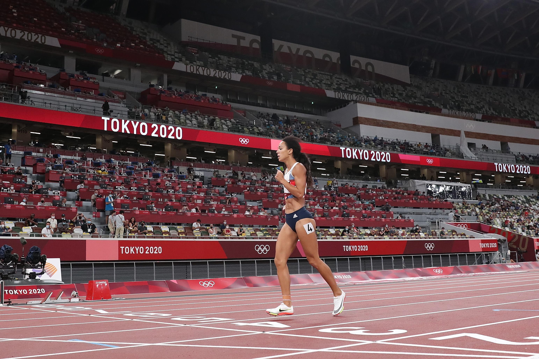 Accade di tutto nella prova di 200 metri nel concorso di eptathlon: durante la prima batteria, infatti, la britannica Katarina Johnson-Thompson si fa male e si accascia a terra. Intervengono i medici a bordo pista per aiutare l&#39;atleta, che per&ograve; rifiuta le loro attenzioni: la 28enne vuole di Liverpool vuole tagliare il traguardo a tutti i costi. Lo fa, salvo poi essere squalificata. Resta comunque un esempio davvero invidiabile di resistenza e dedizione alla causa.<br /><br />