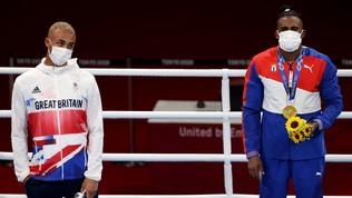Pugile inglese si rifiuta di indossare la medaglia d'argento sul podio
