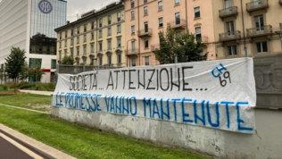"""La Curva Nord sotto la sede Inter: """"Attenti, mantenete le promesse"""""""