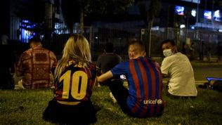 Fine dell'era Messi, tifosi disperati di fronte alla sede del Barça