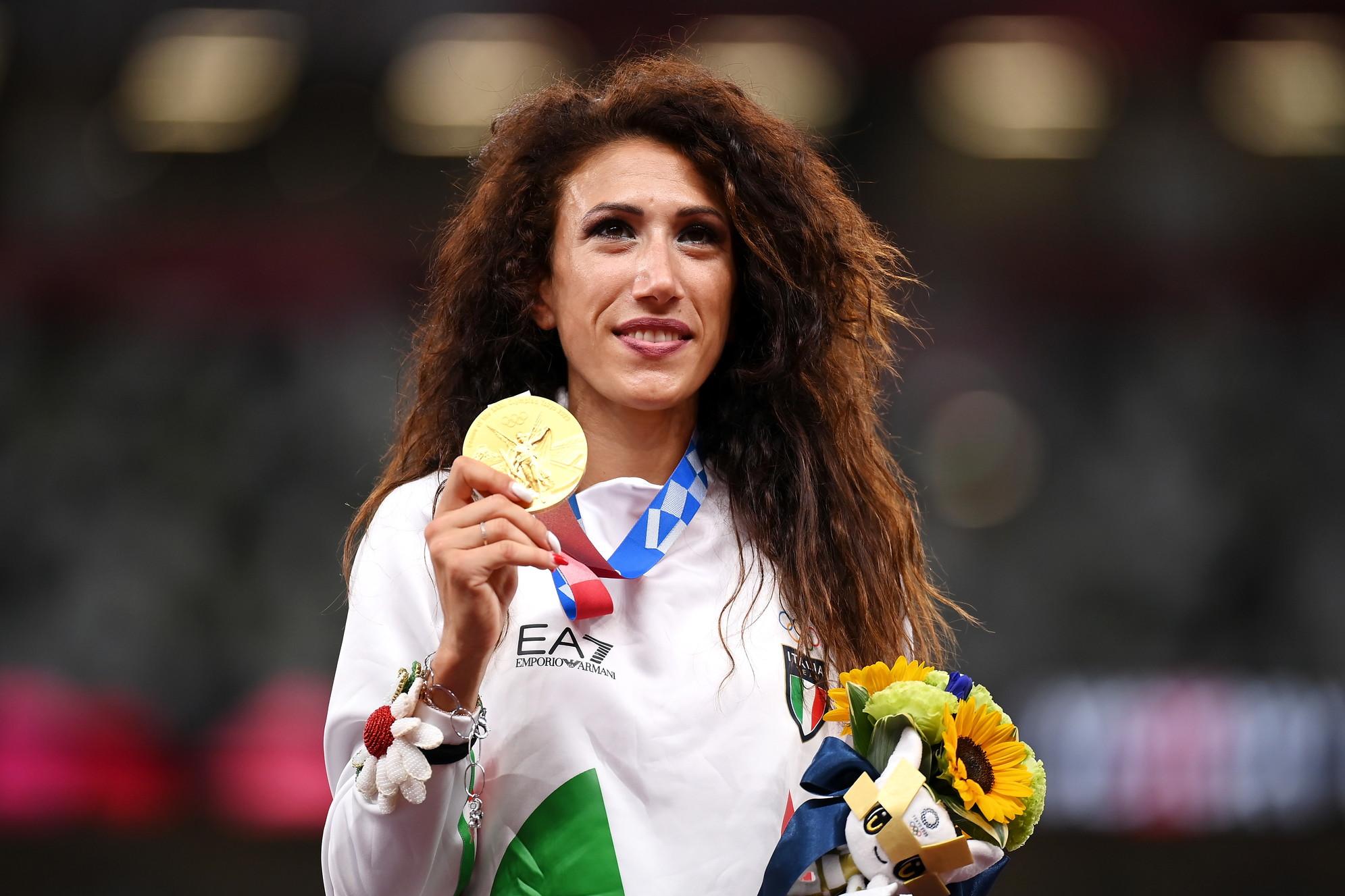 E&#39; il giorno della premiazione per Antonella Palmisano, fantastico oro nella 20km di marcia. Sotto la mascherina la sua emozione mentre canta l&#39;inno di Mameli con la mano sul cuore. &quot;Un compleanno&nbsp;pi&ugrave; bello non potevo immaginare. E&#39; incredibile. Devo ancora metabolizzare - ha detto l&#39;atleta pugliese -. Avr&ograve; bisogno di restare un po&#39; da sola. Avevo sognato la gara e la vittoria, non il podio. Ora che succeder&agrave;? Dopo questa vittoria cosa vorrei di pi&ugrave;, vorrei per&ograve; continuare ancora, Non lo so, ci devo pensare. Oro olimpico &egrave; qualcosa che si realizza&quot;. Pochi minuti dopo &egrave; stato il turno del quartetto azzurro formato da&nbsp;Patta-Jacobs-Desalu-Tortu, oro nella staffetta 4x100. I quattro azzurri sono saliti sul podio mano nella mano e si sono messi al collo il metallo pi&ugrave; pregiato. Anche per loro mano sul cuore al momento dell&#39;inno nazionale cantato a squarciagola.<br /><br />