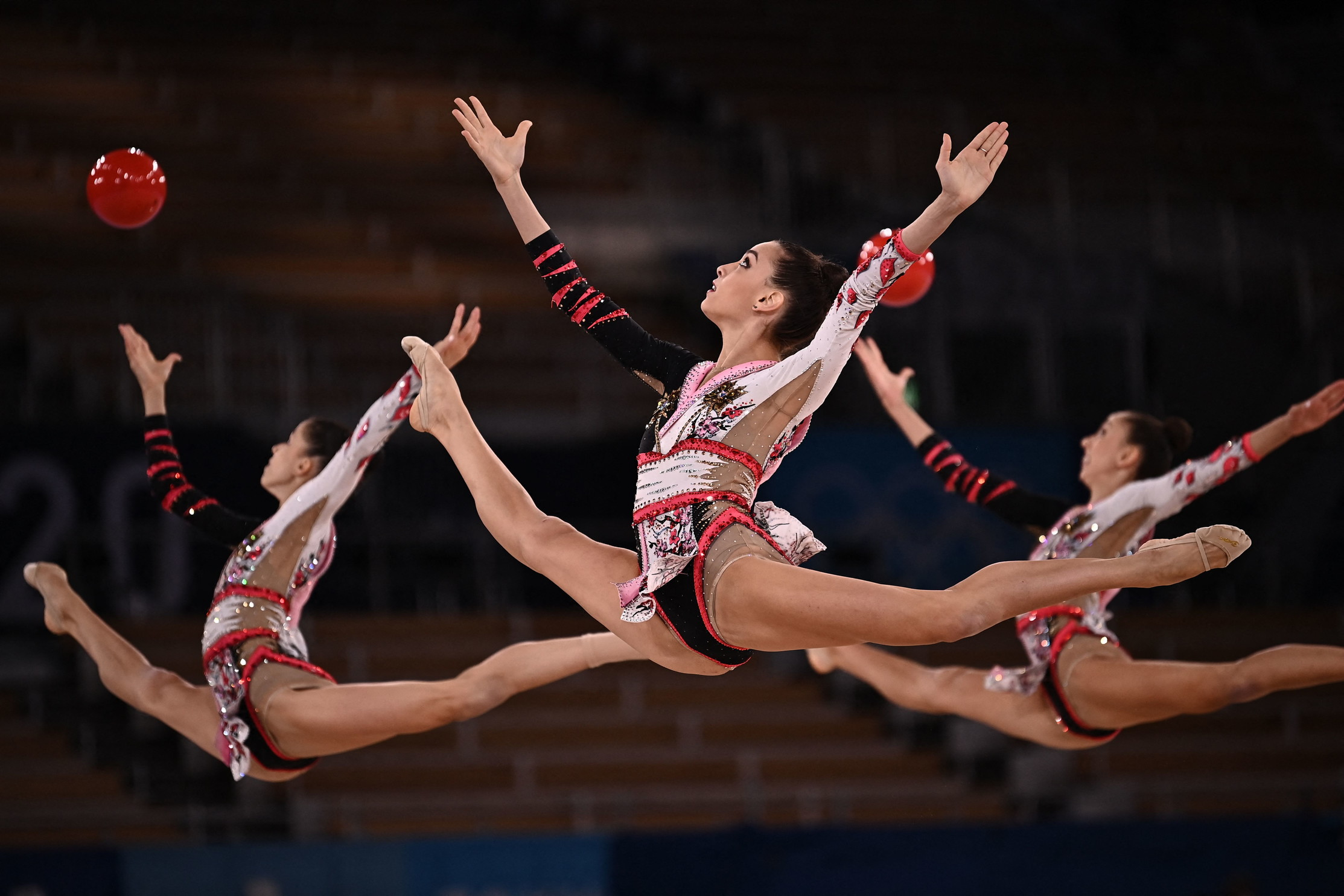 La squadra italiana della ginnastica ritmica ha chiuso al terzo posto la gara a squadre, firmando la 40.a medaglia azzurra ai Giochi. Le &quot;Farfalle&quot; hanno vinto il bronzo alle spalle di Bulgaria e Russia.<br /><br />