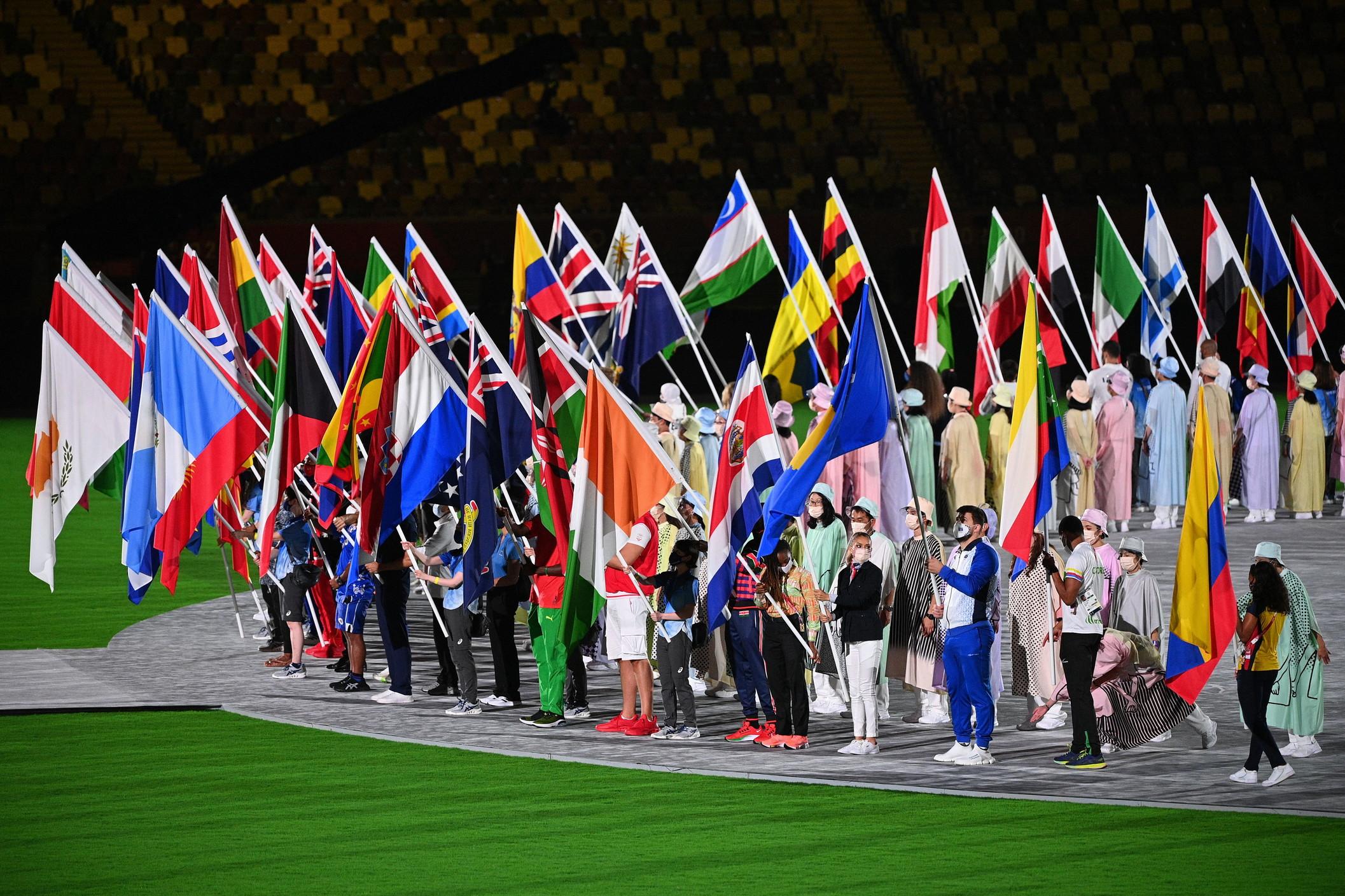 &Egrave; stato Marcell Jacobs il portabandiera dell&#39;Italia alla cerimonia di chiusura dei Giochi di Tokyo 2020 attualmente in corso. Mascherina in volto e tuta bianca disegnata da Giorgio Armani, la medaglia d&#39;oro azzurra dei 100 metri e della staffetta 4x100 &egrave;&nbsp;entrato nello stadio Olimpico sventolando il tricolore.&nbsp;I portabandiera, senza delegazioni al seguito, una volta entrati nello stadio si sono tutti schierati in un grande cerchio al centro dello stadio. Solo successivamente sono entrati gli atleti dei vari paesi, tutti con la bandierina del rispettivo paese.<br /><br />