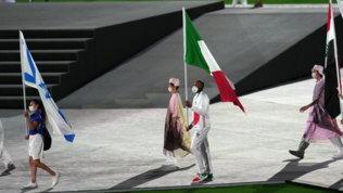 Il doppio oro Jacobs sventola il tricolore alla cerimonia di chiusura