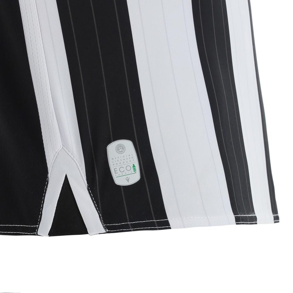 Ad un mese dalla presentazione della maglia &lsquo;Away,&nbsp;l&rsquo;Udinese Calcio&nbsp;svela, insieme&nbsp;Macron,&nbsp;the Hero company, la&nbsp;nuova maglia &lsquo;Home&rsquo;&nbsp;che la squadra indosser&agrave; nelle partite alla Dacia Arena. La prima maglia, cos&igrave; come tutte le altre, oltre a portare con s&eacute; i colori e i simboli del club friulano, rappresenta l&rsquo;importante scelta di sostenibilit&agrave; e sensibilit&agrave; nei confronti delle tematiche ambientali grazie all&rsquo;utilizzo del tessuto&nbsp;Eco-Softlock, proveniente da plastica riciclata e certificato secondo il pi&ugrave; importante standard internazionale per la produzione sostenibile di indumenti e prodotti tessili il Global&nbsp;Recycled&nbsp;Standard.<br /> <br /> La nuova &lsquo;Home&rsquo; dell&rsquo;Udinese Calcio si conferma nella tradizionale configurazione a&nbsp;bande verticali bianconere&nbsp;impreziosite, in questa versione 2021-2022, da un elegante gessato in stampa sublimatica, tono su tono. La maglia ha il colletto a polo nero e il backneck &egrave; personalizzato con il logo del club su fondo nero e la scritta 125 ANNI DI PASSIONE, mentre nel retrocollo esterno &egrave; ricamata in bianco la frase La Passione &egrave; la nostra Forza. Sul retro della maglia spicca il quadrato nero su cui compaiono nome e numero dei calciatori richiamando lo stile tipico delle maglie classiche degli anni 70 e 80.<br /> &nbsp;<br /><br />