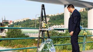 "D'Aversa, 43 rose bianche sul Ponte Morandi: ""Vicini alle vittime"""