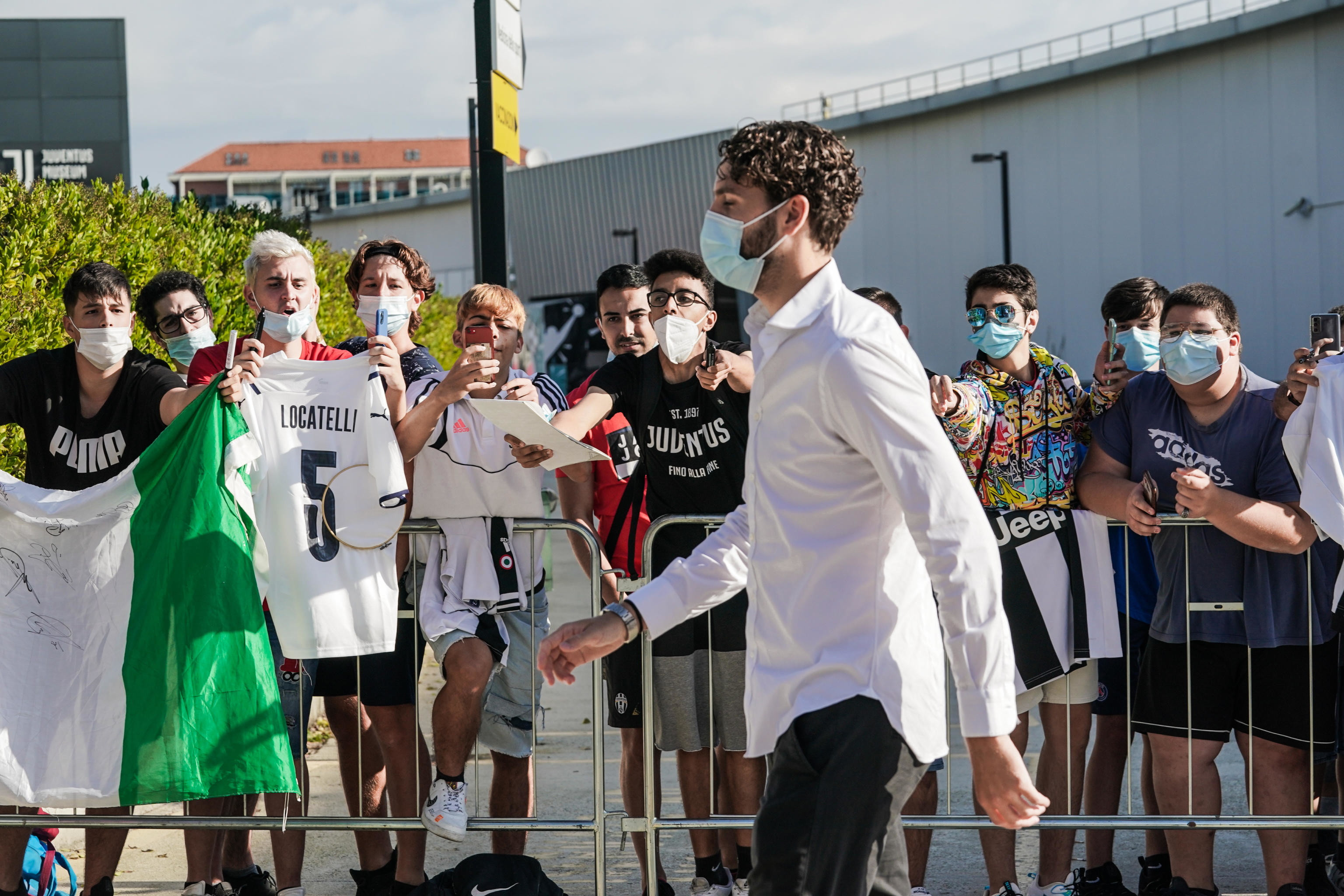 Primo giorno alla Juve per Manuel Locatelli. Per il centrocampista proveniente dal Sassuolo prima le visite mediche e poi la firma.<br /><br />