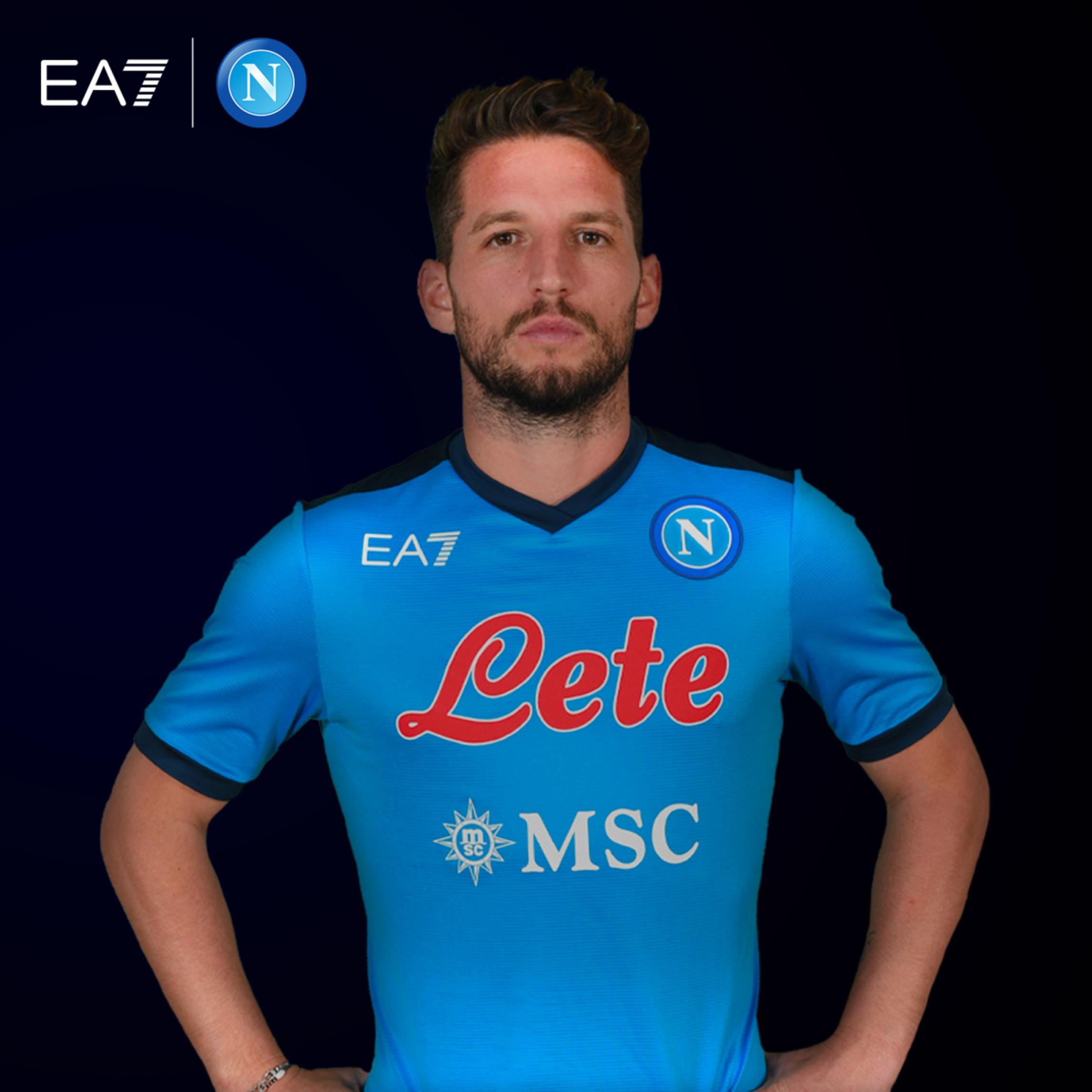 Prosegue l&rsquo;impegno di Giorgio Armani a favore dello sport attraverso l&rsquo;accordo con Aurelio De Laurentiis proprietario e Presidente del Calcio Napoli. Accordo che prevede una collaborazione per la stagione 2021-2022 attraverso il marchio EA7 che vestir&agrave; la squadra del Napoli.<br /><br />