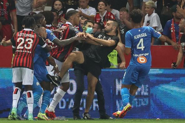 """<p style=""""text-align: justify;"""">Numerosi esponenti della curva rossonera hanno invaso il terreno di gioco attorno al 73&#39;, dopo che Payet aveva rilanciato contro gli spalti una bottiglietta&nbsp;piovutagli addosso e che lo aveva centrato in pieno sulla schiena. Le immagini hanno ripreso uno di loro tentare&nbsp;di rifilare un calcio al centrocampista francese, mentre i compagni Peres e Guendouzi, una volta rientrati negli spogliatoi,&nbsp;hanno mostrato i segni dei tentativi da parte di alcuni ultras di afferrarli al collo. Naturalmente furibondi i giocatori ospiti e&nbsp;momenti di altissima tensione anche tra le due panchine, con il tecnico dell&#39;OM Sampaoli che &egrave; stato trattenuto a forza. Il match &egrave; stato sospeso e ora il Nizza, che stava vincendo 1-0 con gol di Dolberg,&nbsp;rischia lo 0-3 a tavolino.<br /><br />"""