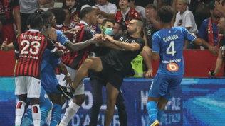 Follia in Nizza-Marsiglia: tifosi in campo, caccia ai giocatori avversari