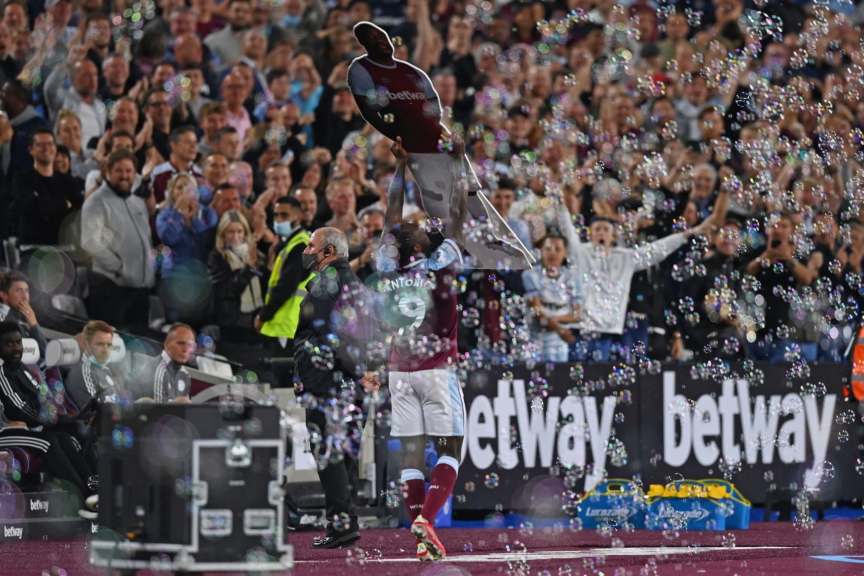 Michail Antonio, attaccante del West Ham, ieri decisivo contro il Leicester: la doppietta che ha consentito di vincere 4-1 la partita lo ha proiettato al primo posto della classifica all-time dei marcatori degli Hammers&nbsp;in Premier League. Quarantanove le reti del classe 1990 contro le 47 di Paolo Di Canio, che deteneva il precedente record: Antonio ha festeggiato baciando il suo cartonato che ha trovato a bordocampo.<br /><br />