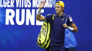 Rune in campo contro Djokovic con la borsa dell'Ikea