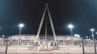 I tifosi contestano la Juve. Striscioni allo Stadium