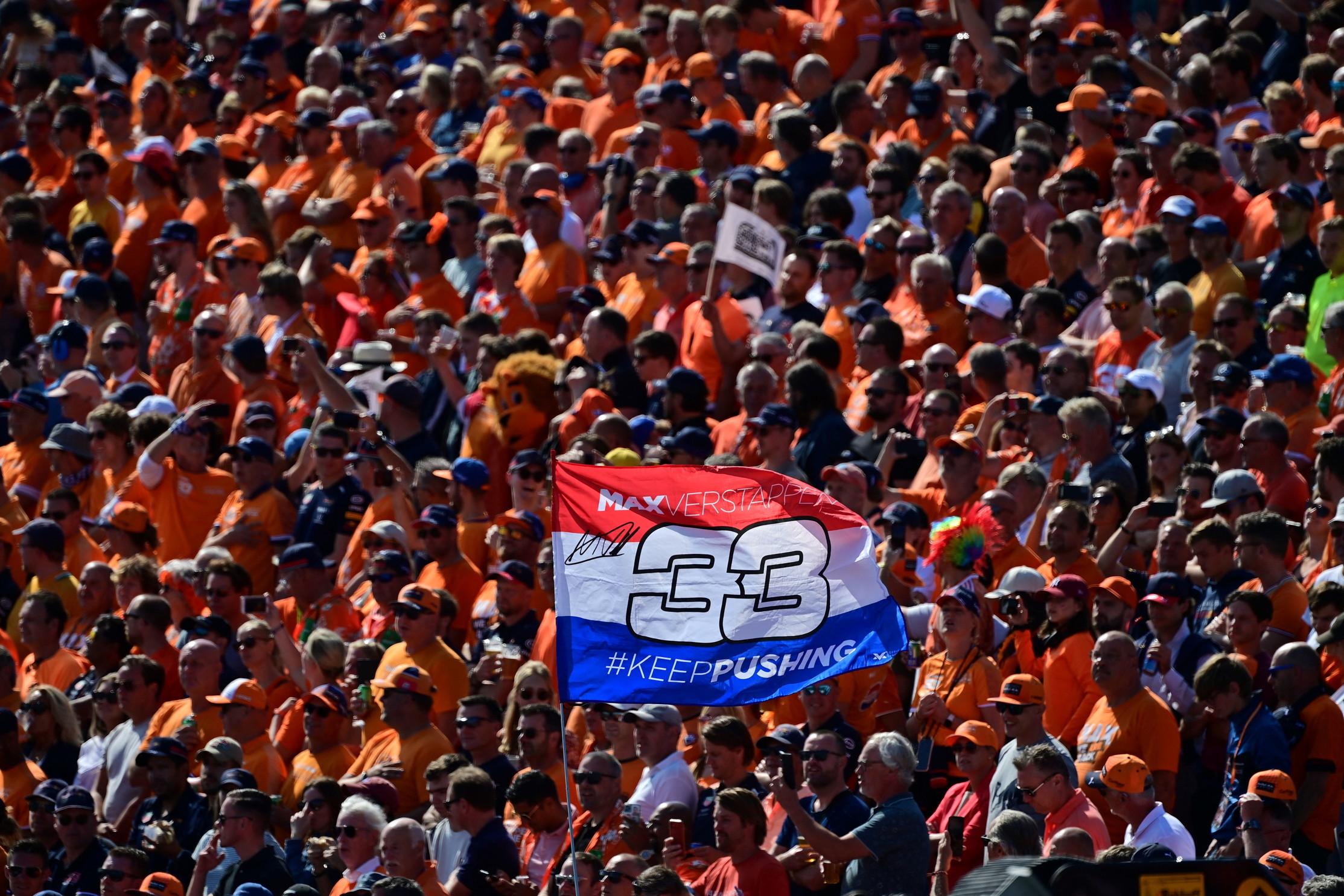 Il muro &quot;orange&quot; spinge il pilota di casa alla vittoria su Hamilton, terzo posto per Valtteri Bottas.<br /><br />
