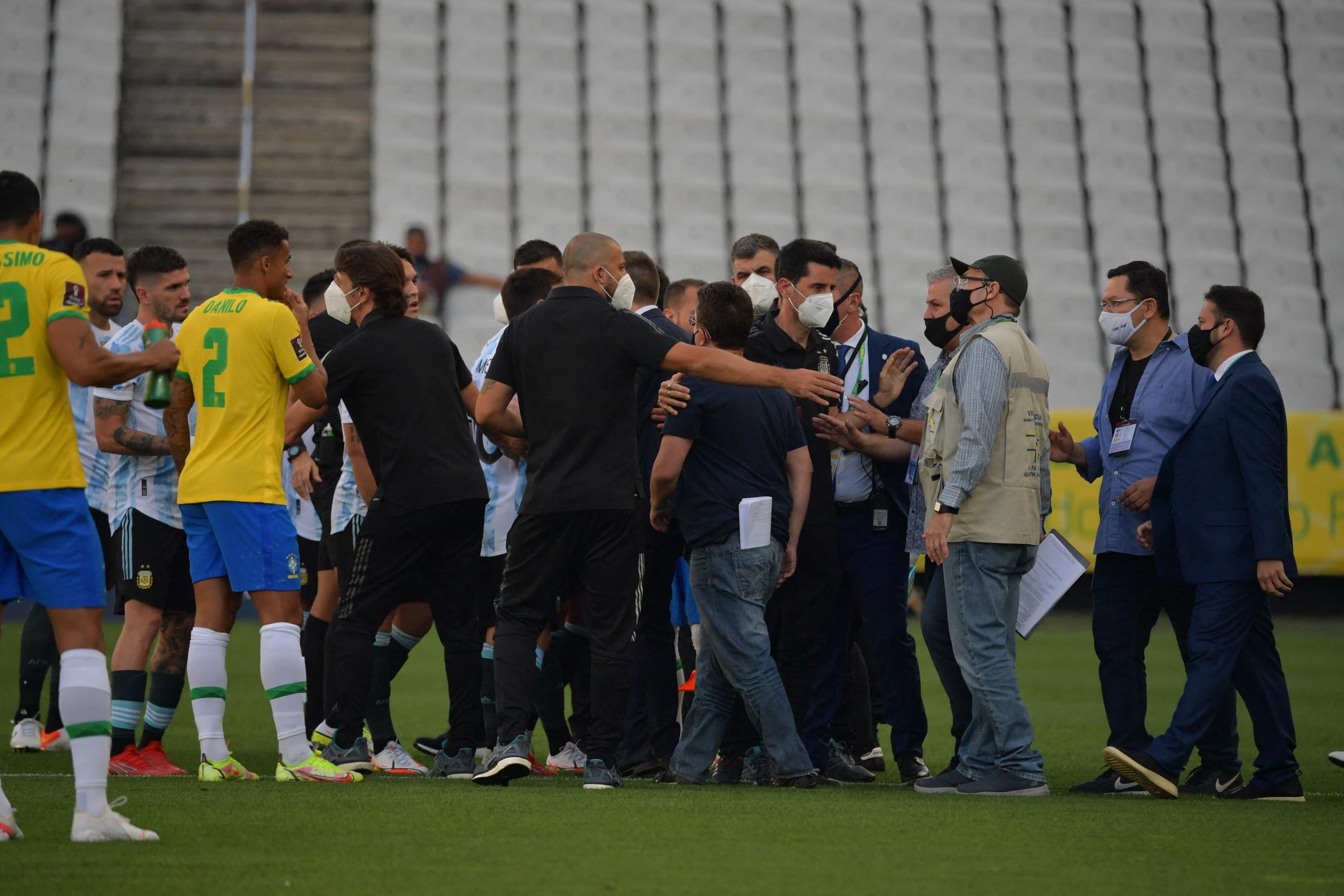 Non &egrave; durata nemmeno cinque minuti la sfida tra Brasile e Argentina. Durante lo svolgimento della partita, alcuni membri dell&rsquo;Anvisa (autorit&agrave; nazionale brasiliana) sono entrati in campo per sospendere l&rsquo;incontro, chiedendo che venissero allontanati quattro calciatori argentini, rei di non aver rispettato l&rsquo;isolamento e le norme contro il coronavirus. L&rsquo;Albiceleste ha abbandonato il campo sullo 0-0, attendendo nuove disposizioni.&nbsp;<br /><br />