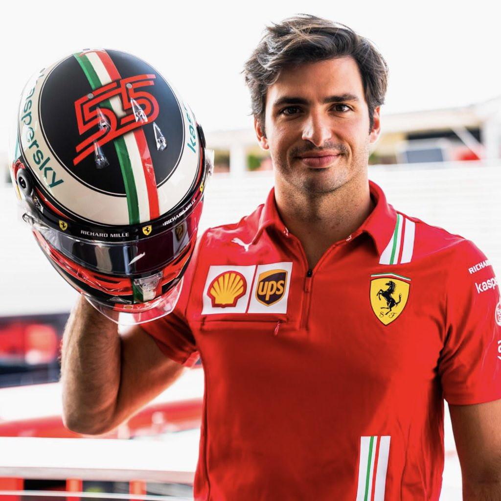 <strong>Carlos Sainz</strong> si appresta a vivere il primo GP di Monza da ferrarista. In occasione dell&#39;evento lo spagnolo ha presentato un casco dalla livrea speciale dedicata ai trionfi sul circuito brianzolo di<strong> Michael Schumacher</strong>. Lo stesso iberico, pubblicando le foto del casco sui social, ha scritto: &quot;Disegno nuovo, ma con gli elementi di sempre. Tocco retr&ograve; con lo stile del 200 che mi ricorda le vittorie di Ferrari e Schumacher a Monza davanti ai tifosi&quot;.<br /><br />