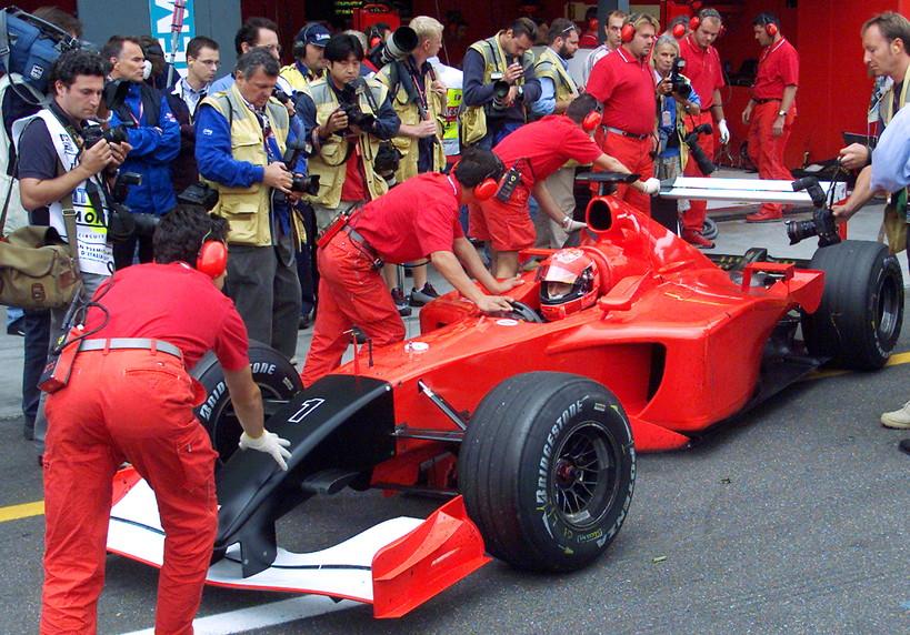 Il 14 settembre 2001 a Monza si corre il Gran Premio d&#39;Italia tra le polemiche: solo tre giorni prima l&#39;attentato alle Torri Gemelle, col mondo ancora scosso. Gran parte dei piloti, capeggiati da Michael Schumacher, chiede di non correre ma la FIA &egrave; irremovibile. Alla fine la Ferrari partir&agrave; col musetto nero in segno di lutto.<br /><br />