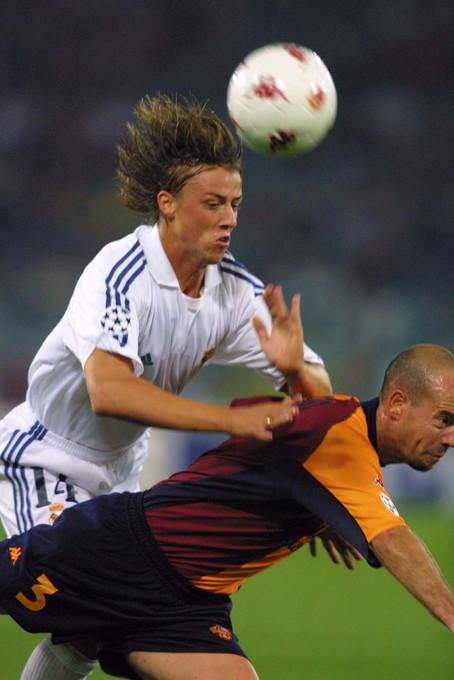 L&#39;11 settembre 2001 il mondo &egrave; sconvolto dall&#39;attentato alle Torri Gemelle ma il calcio decide di andare avanti: l&#39;Uefa sceglie di far giocare le partite serali di Champions League tra le polemiche, la maggioranza del movimento pensa che fermarsi sia maggiormente rispettoso verso le vittime ma si gioca osservando un minuto di silenzio prima dell&#39;inizio dei match. Tra le partite, anche Roma-Real Madrid (che finisce 1-2) e Galatasaray-Lazio (che termina 1-0).<br /><br />