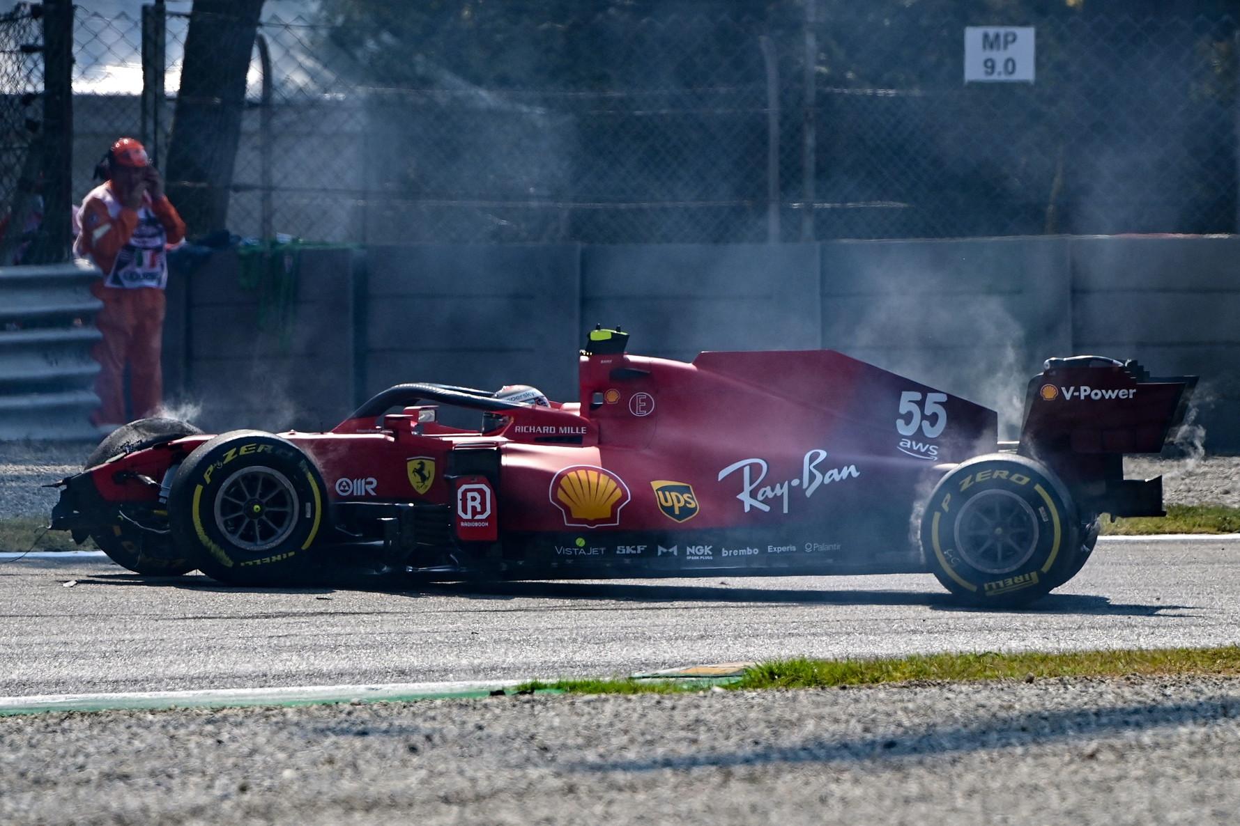 """<p style=""""text-align: justify;"""">Inizia col botto il sabato della Ferrari a Monza. La Rossa di Carlos Sainz &egrave; infatti finita contro le barriere all&#39;ingresso della variante Ascari durante la seconda sessione di prove libere del weekend, quella che anticipa la Sprint Race del pomeriggio. Lo schianto frontale ha mandato in frantumi il musetto e tutta la parte anteriore della vettura: lo spagnolo, fortunatamente, &egrave; uscito illeso dall&#39;incidente e i meccanici sono riusciti a tempo di record a riparare la monoposto&nbsp;per la sessione pomeridiana.<br /><br />"""