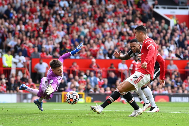 """<p style=""""text-align: justify;"""">Il secondo debutto di Cristiano Ronaldo con la maglia del Manchester&nbsp;United&nbsp;non poteva che essere all&#39;insegna del gol: contro il Newcastle l&#39;ex Juventus&nbsp;&egrave; partito&nbsp;dall&#39;inizio e ha siglato una doppietta. Prima ha sbloccato il match&nbsp;nel recupero del primo tempo approfittando di una leggerezza di Woodman, poi ha raddoppiato in contropiede beffando ancora il portiere avversario sotto le gambe.&nbsp;Gi&agrave; durante il riscaldamento l&#39;Old Trafford era impazzito per il portoghese:&nbsp;in tanti si sono presentati con la divisa&nbsp;numero 7, molti anche i cartelloni. &quot;Per me &egrave; sempre stato un posto magico questo stadio - ha commentato a fine partita su Instagram -. Sono orgoglioso di essere tornato allo United e in Premier League, e contento di aver aiutato la squadra&quot;.<br /><br />"""