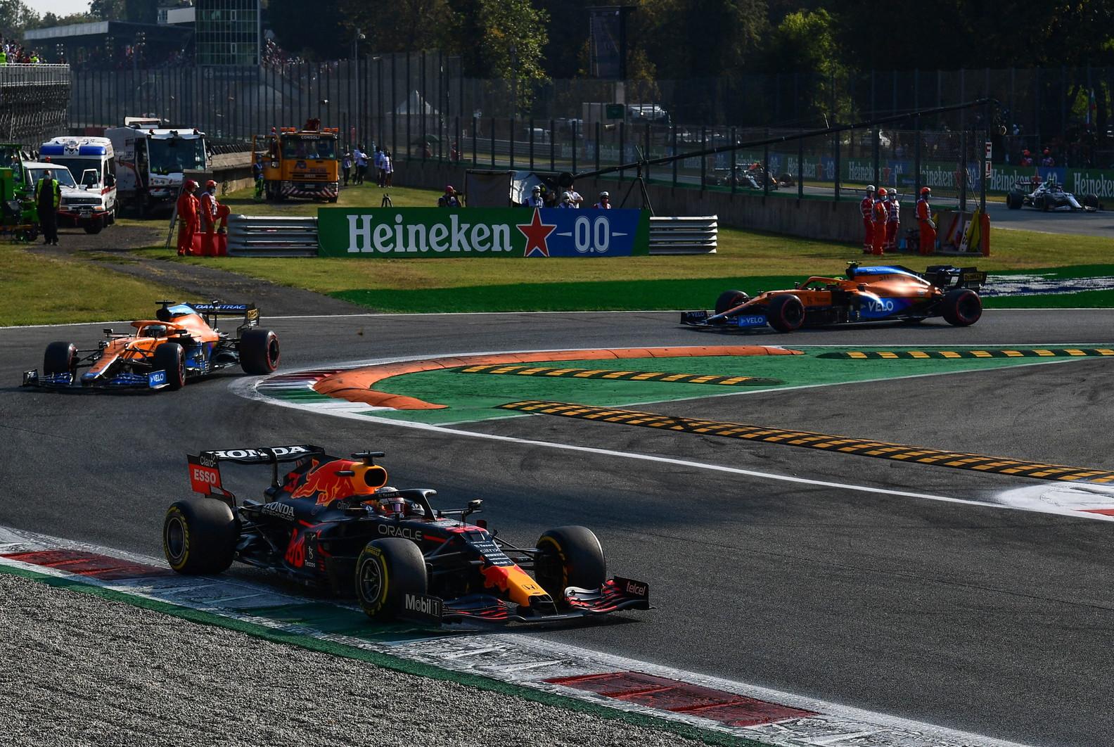Marcell Jacobs ha premiato i primi tre classificati della Sprint Race di F1 a Monza. Sul &quot;podio&quot; delle qualifiche, Bottas, Verstappen e Ricciardo.<br /><br />