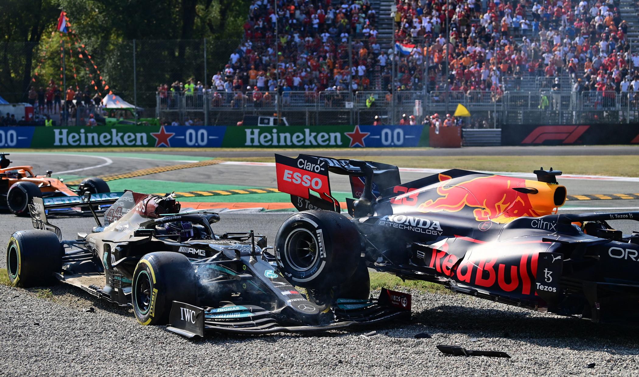 Incredibile colpo di scena al 26&deg;&nbsp;giro del Gran Premio d&#39;Italia a Monza. I due sfidanti per il titolo, Max Verstappen e Lewis Hamilton si son speronati in curva a vicenda finendo entrambi sulla ghiaia con la Red Bull&nbsp;dell&#39;olandese sopra la Mercedes del campione del mondo, salvo per miracolo grazie al nuovo sistema di protezione del pilota detto Halo. Entrambi sono finiti fuori gara.<br /><br />