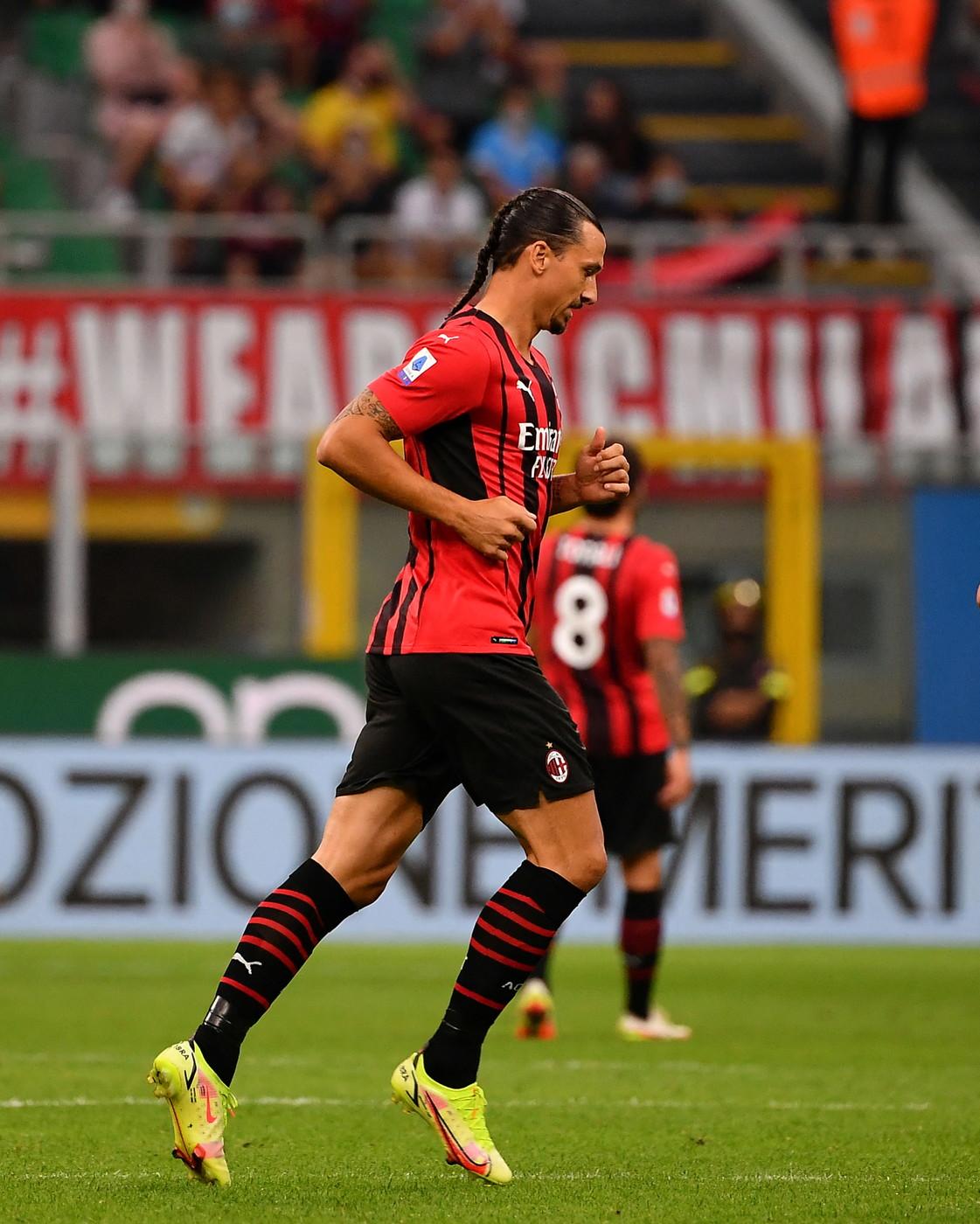 Zlatan Ibrahimovic ha ritrovato la convocazione per un match ufficiale del Milan a tre mesi dall&#39;operazione al ginocchio. Lo svedese si &egrave; presentato a San Siro con un look tutto nuovo: dietro la testa &egrave; comparsa una treccia. L&#39;originale taglio di capelli ha portato fortuna a Ibra, entrato in campo al 60&#39; al posto di Leao e poi subito in gol su assist di Rebic.<br /><br />