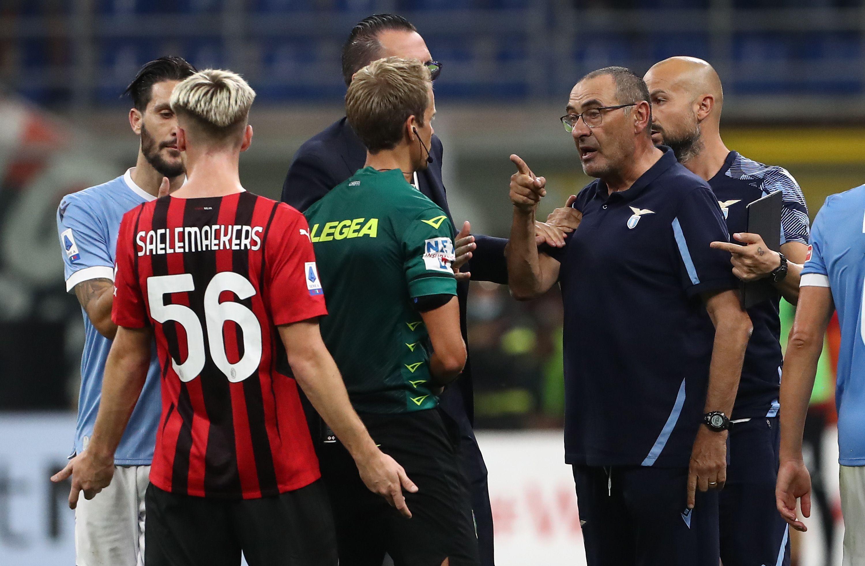 Milan-Lazio ha avuto una coda piena di tensione dopo il triplice fischio finale. In particolare scintille tra Maurizio Sarri e Alexis Saelemarkers: dal labiale si vede l&#39;allenatore biancoceleste urlare&nbsp;al giocatore rossonero &quot;devi avere rispetto&quot;, nelle interviste ha detto &quot;un ragazzo ha fatto un gesto che non si fa alle persone anziane ma niente di che, una cosa da campo&quot;. L&#39;arbitro Chiffi ha poi estratto il cartellino rosso per Sarri.<br /><br />