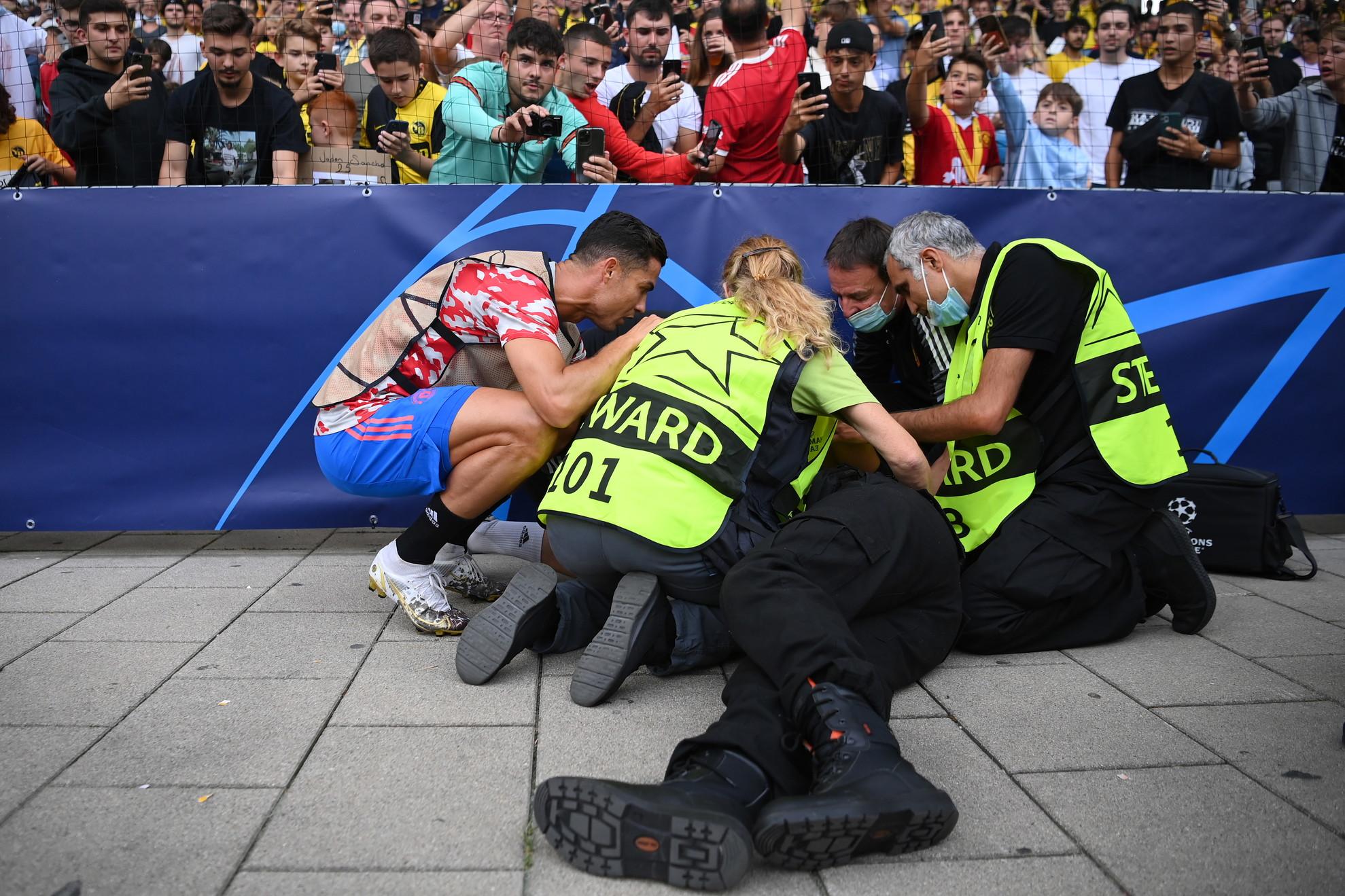 Prima di Young Boys-Manchester United, uno steward a bordocampo &egrave; stato colpito involontariamente da una pallonata scagliata da Cristiano Ronaldo. Caduto a terra vicino ai tabelloni pubblicitari e subito soccorso dai colleghi, tra i primi a sincerarsi delle sue condizioni anche il portoghese ex Juve&nbsp;che si &egrave; avvicinato per chiedergli come stesse.<br /><br />