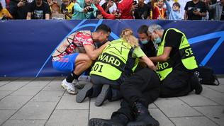 CR7 stende una steward con una pallonata: scuse e maglietta in regalo