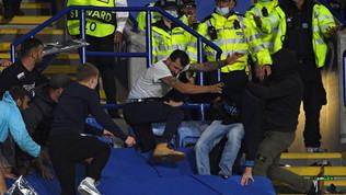 In occasione del match tra il Leicester e il Napoli di Europa League, violenti scontri tra i tifosi sugli spalti del King Power Stadium. Dopo il fischio finale, gli steward e le forze dell'ordine sono stati costretti agli straordinari per placare la furia dei sostenitori delle due squadre entrati in rotta di collisione. Secondo quanto riportato dal quotidiano Leicester Mercury, sono 12 i tifosi del Napoli arrestati dalla polizia inglese.