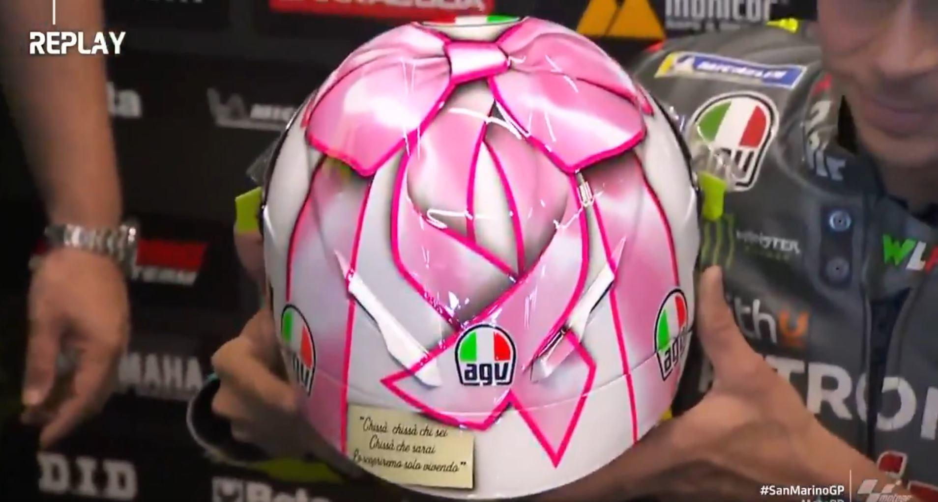 Penultima visita a Misano per Valentino Rossi che in vista del GP di San Marino di MotoGP ha deciso di celebrare la prossima paternit&agrave; con un casco speciale. Livrea con fiocco rosa per il &quot;Dottore&quot;, che nei prossimi mesi diventer&agrave; pap&agrave; di una bimba, con un papiro che cita una canzone di Battisti: &quot;Chiss&agrave;, chiss&agrave; chi sei. Chiss&agrave; che sarai. Lo scopriremo solo vivendo&quot;.<br /><br />