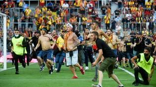 Ligue 1, invasione ultrà durante Lens-Lille: gara interrotta e poi ripresa