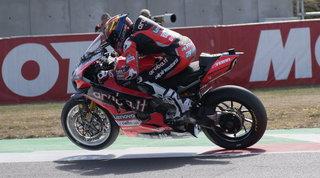 Rinaldi completa la festa Ducati, Razgatlioglu torna leader | Paura Sykes