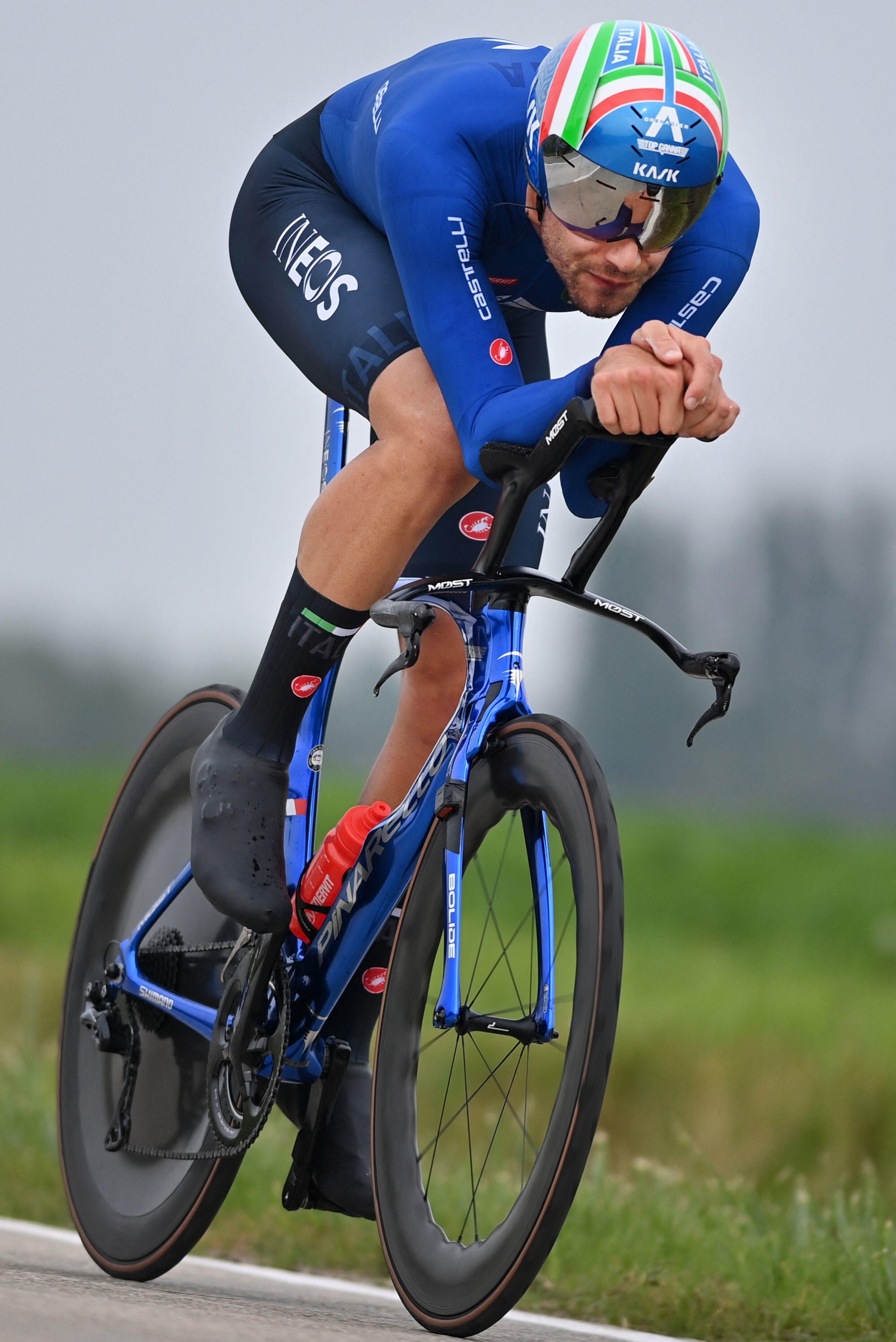 Filippo Ganna vince la cronometro individuale e si laurea campione del Mondo, bissando il successo ottenuto nel 2020. L&#39;azzurro, all&#39;arrivo di Bruges, ferma il tempo in 47&#39;47&quot;, anticipando di quasi 6&quot; il padrone di casa Wout van Aert, battuto al termine di un testa a testa lungo 43.3 km e deciso soltanto nelle pedalate finali. Terzo posto per Remco Evenepoel.<br /><br />